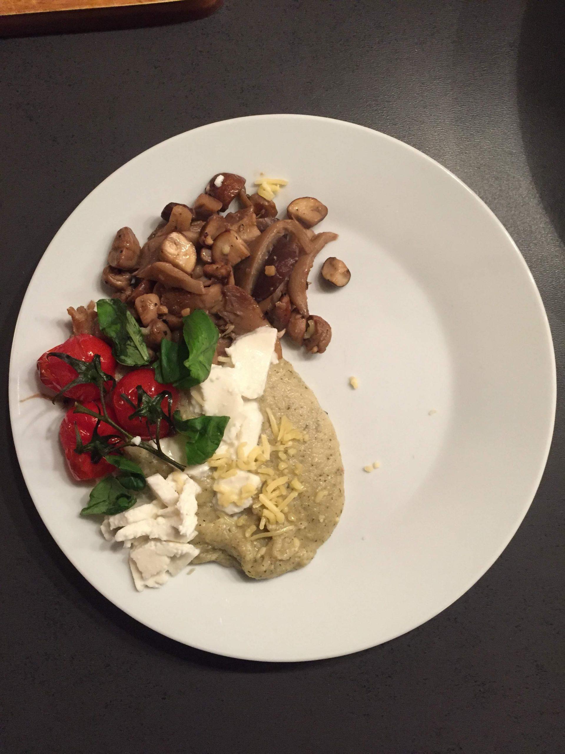 Romige polenta met paddenstoelen, tomaat en mozzarella.